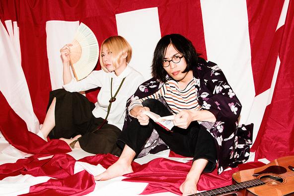 コンテンポラリーな生活 写真左から、藤田彩(Ba.)、朝日廉(Vo.&Gt.) (okmusic UP\'s)