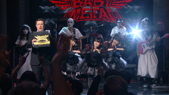 CBS番組「The Late Show with Stephen Colbert」出演時の写真 (okmusic UP's)