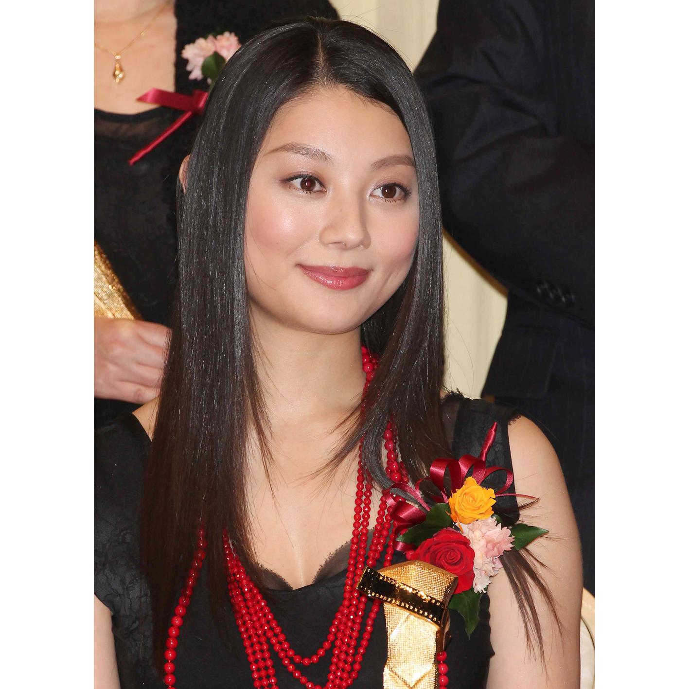 黒と赤のコントラストが格好いい小池栄子