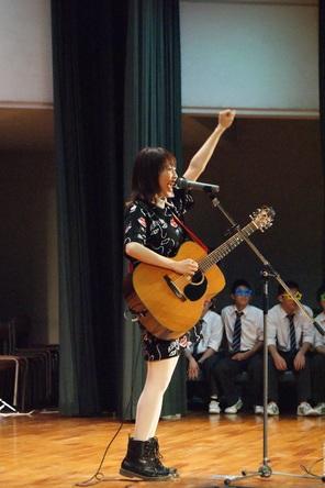 12月24日(木)、Sakuが母校の高校にてクリスマスライブを実施 (okmusic UP's)