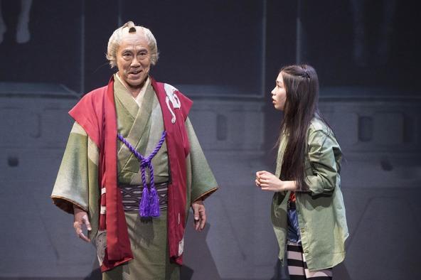『DNA-SHARAKU』【左:蔦屋重三郎(イッセー尾形)、右:城崎れもん(田野優花)】 (okmusic UP's)