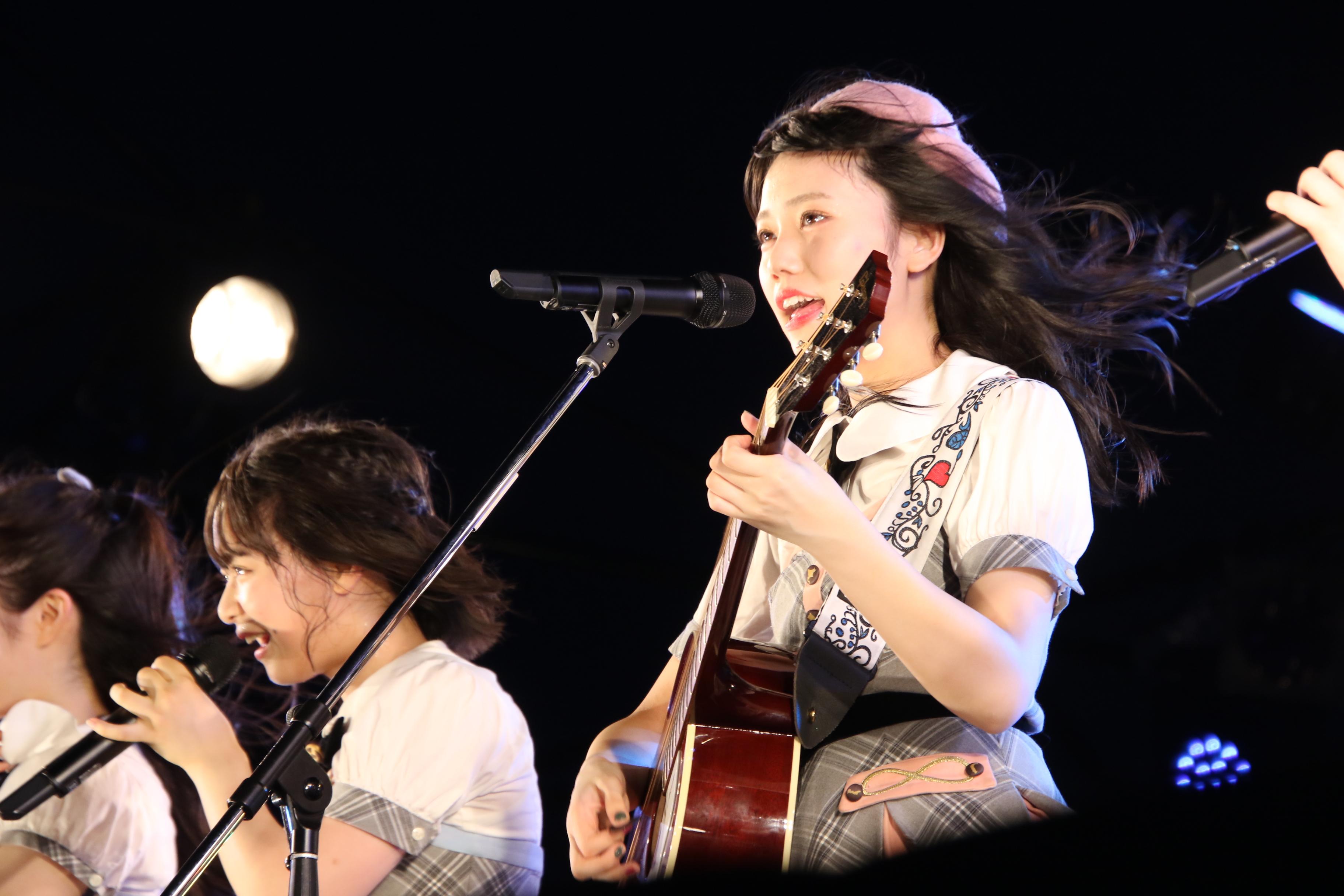 長久玲奈(福井)のギターで「365日の紙飛行機」を熱唱