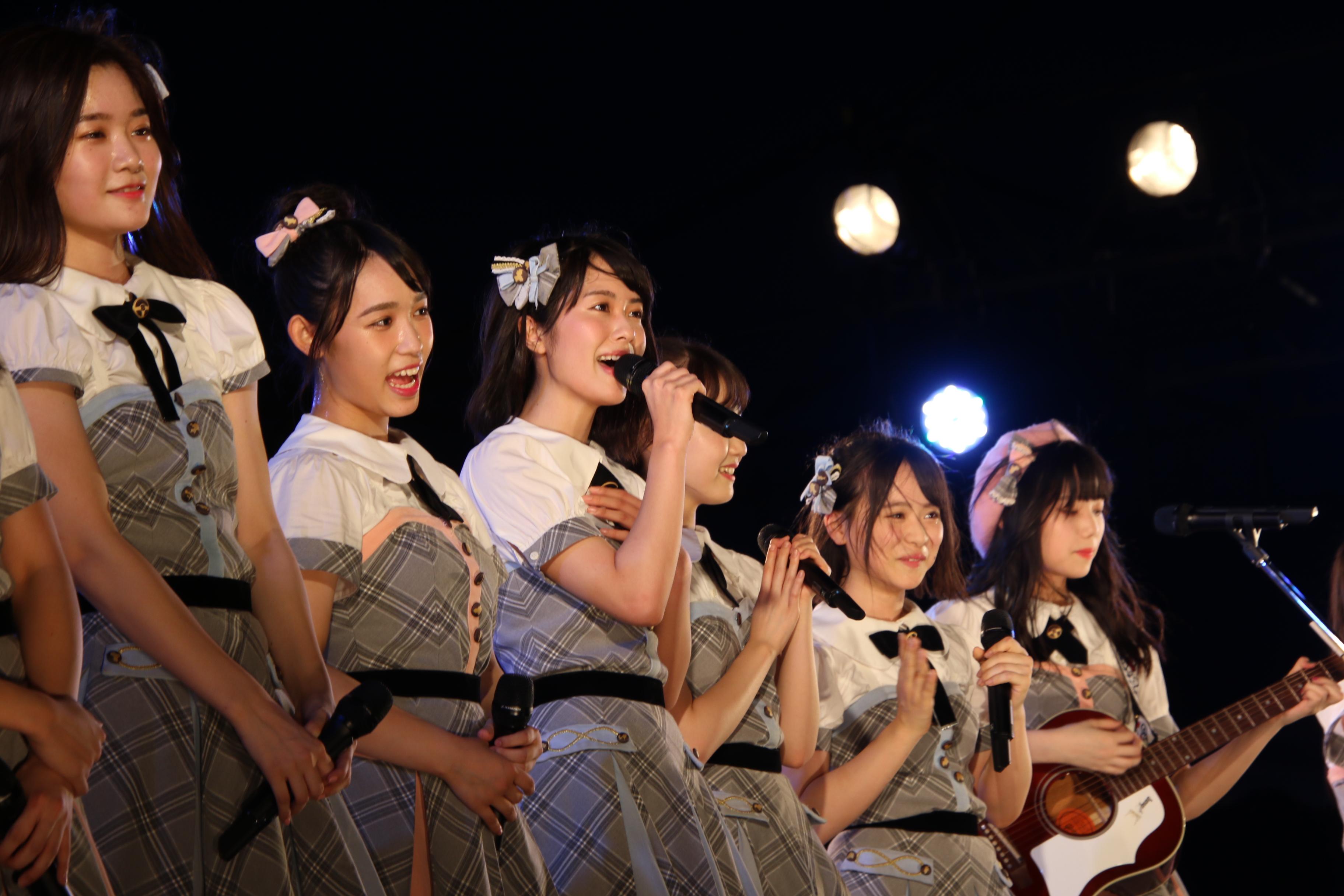 長久玲奈(福井)のギターで「365日の紙飛行機」の歌い出しをソロで披露する小田