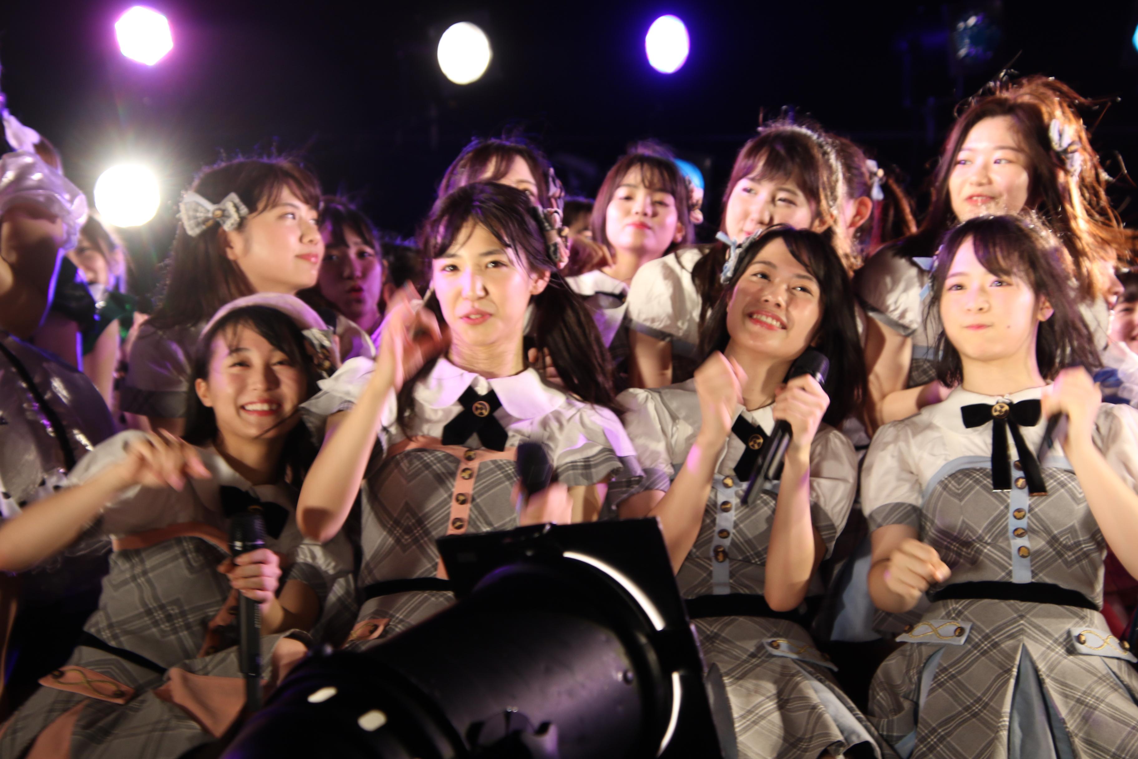 ステージにいる全員のアイドルで「恋チュン」披露時のチーム8