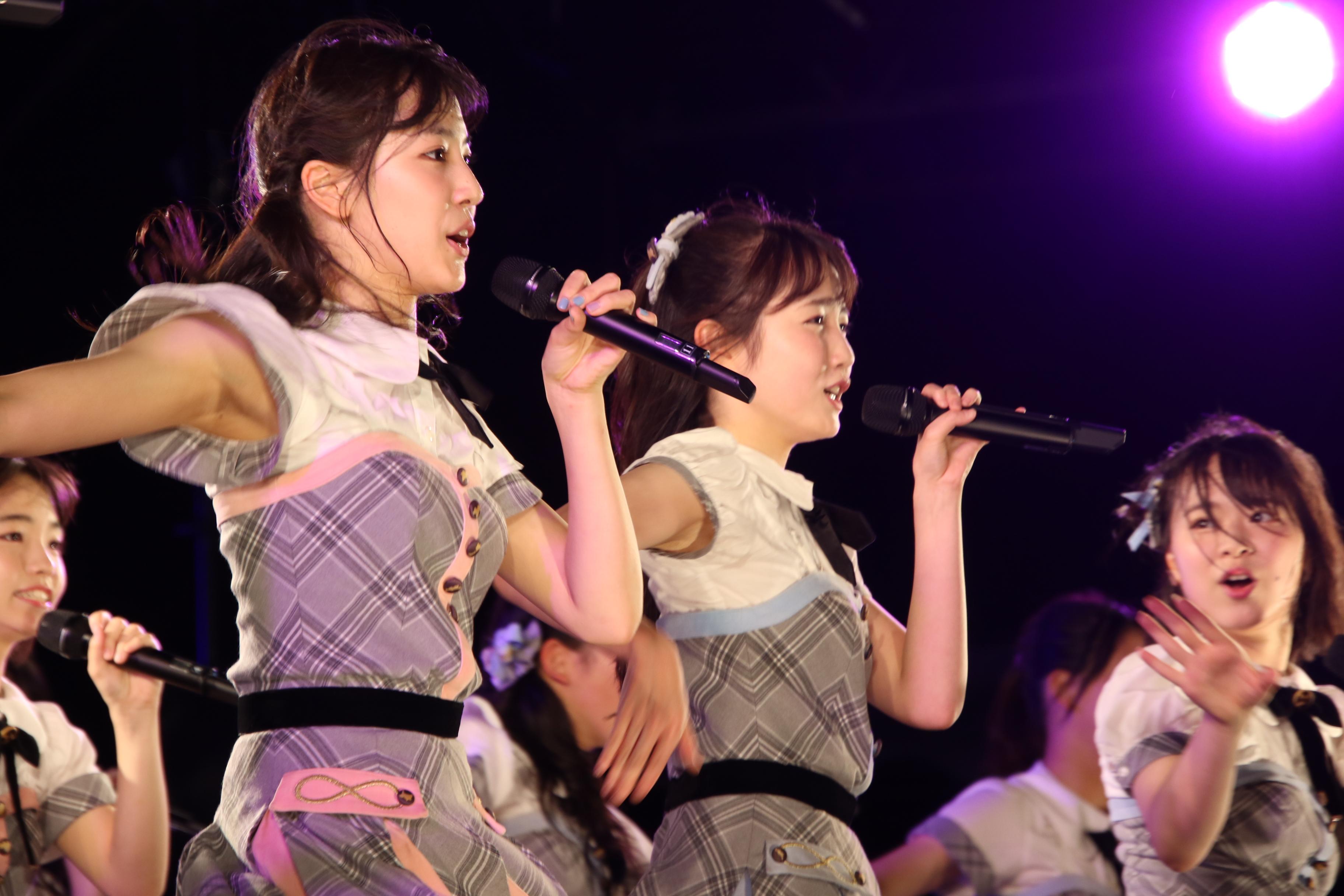 「蜂の巣ダンス」で初のセンターを務めた本田仁美(中央)