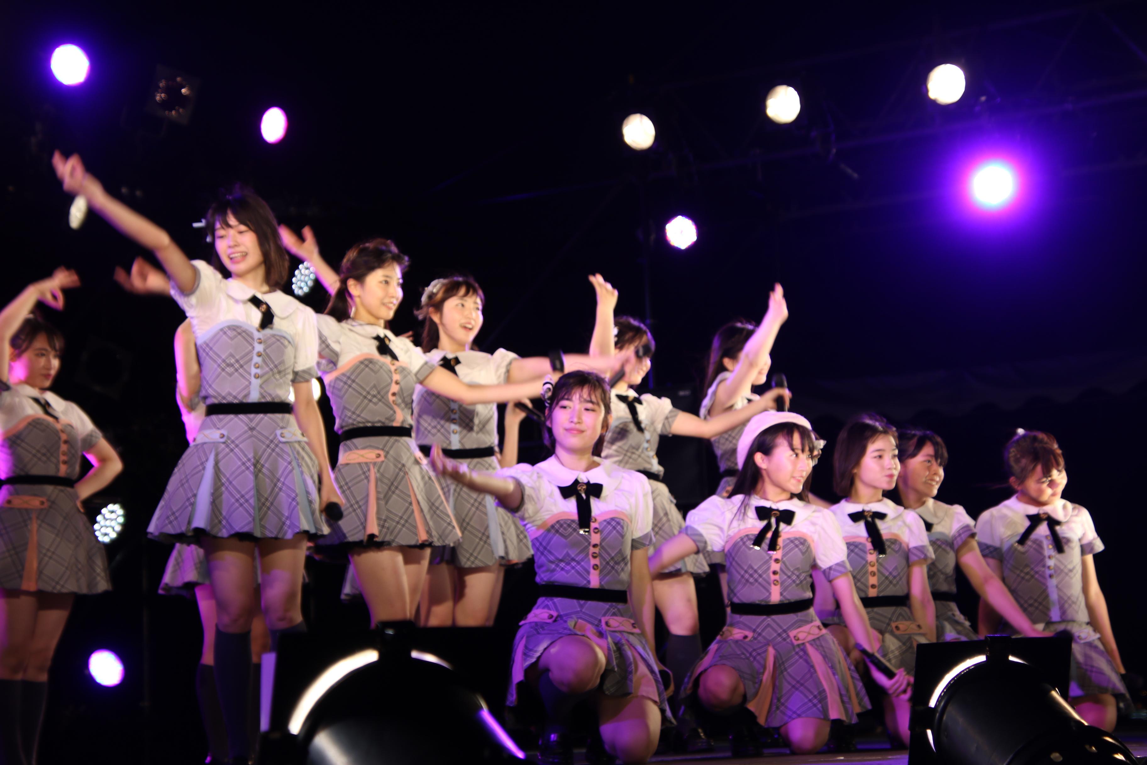 「蜂の巣ダンス」で初のセンターを務めた本田仁美(後列左から3人目)