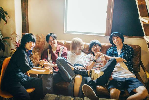 L→R 荒井藤子(Ba)、コバヤシレイ(Gu&Vo)、アカリ ドリチュラー(Vo)、ヤジマレイ(Gu&Vo)、メランソンルカ(Dr)