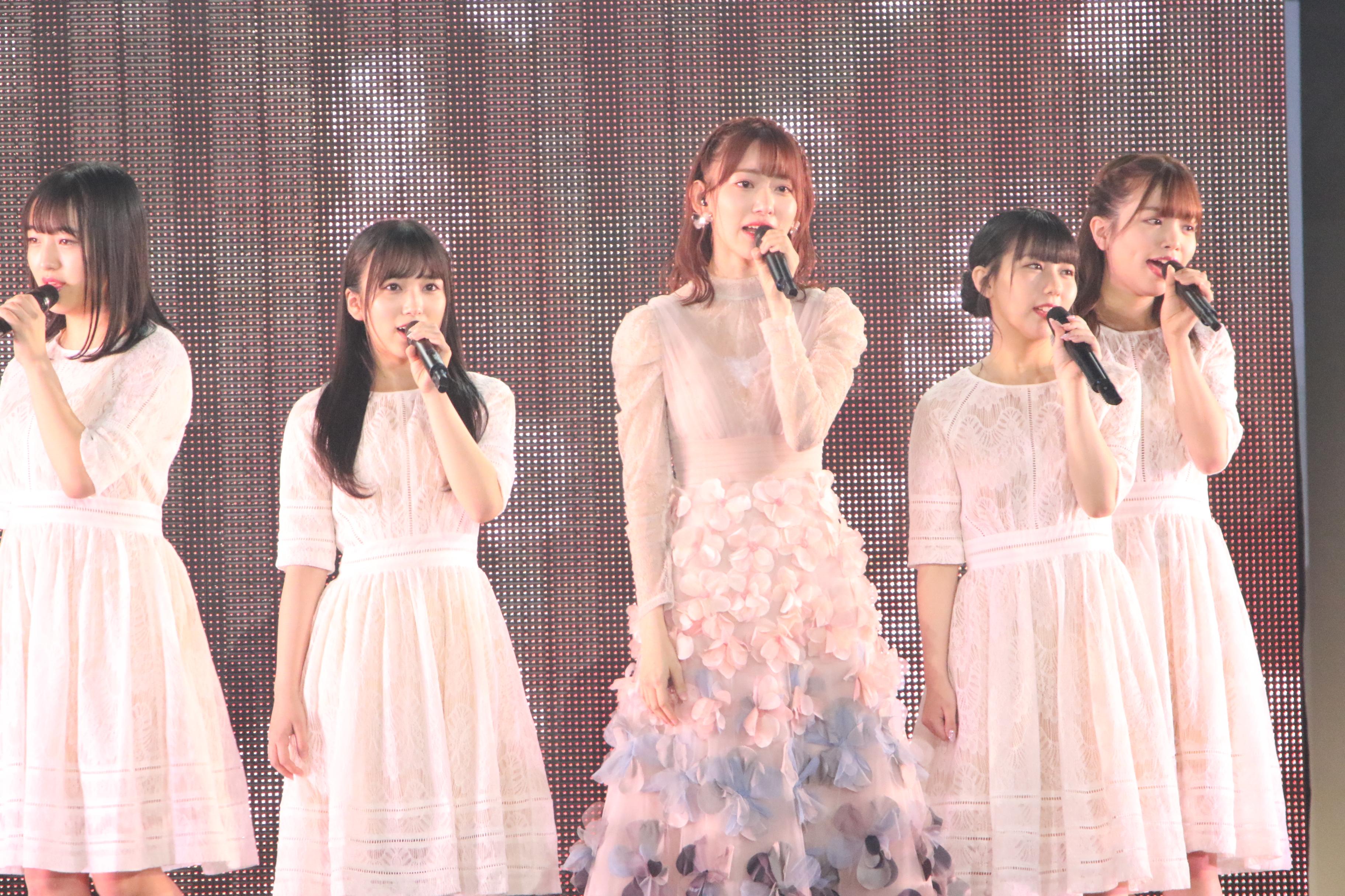 「R.S.に捧ぐ」を熱唱する宮脇咲良とHKT48メンバー
