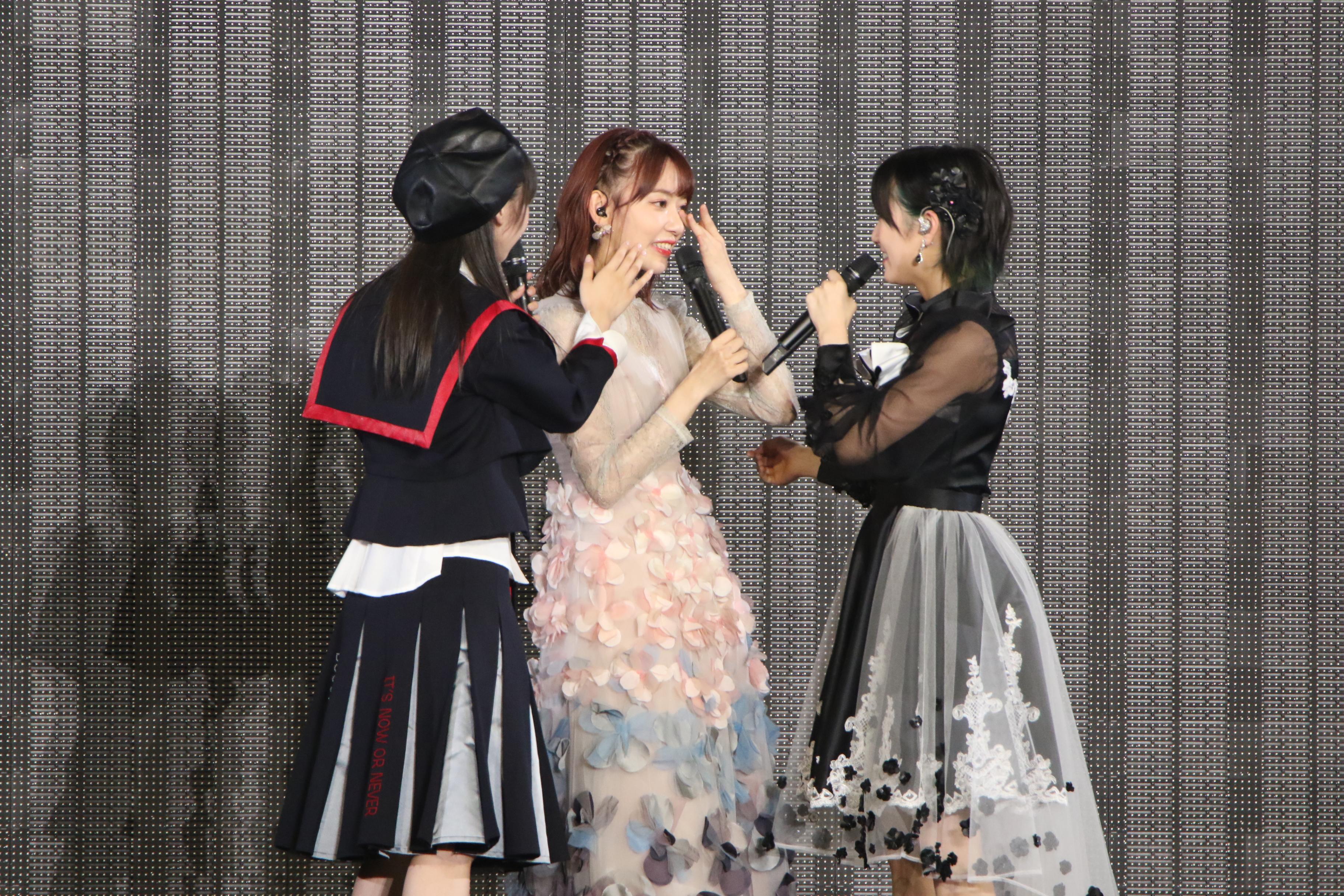 歌い終わり泣いている宮脇咲良に駆け寄る岡田と荻野
