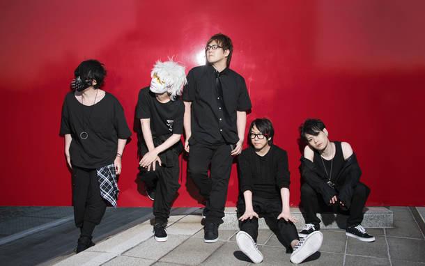 L→R フジ(Ba)、フルコン(Dr)、湯毛(Vo&Gu)、せらみかる(Key)、ヒラノ課長(Gu)