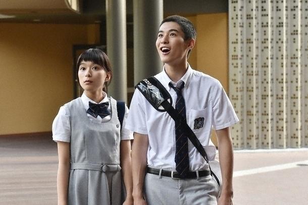 真琴(芳根京子・左)とクラスメイトの野球部員・大輔(堀井新太・右)はテストの点数が悪く部活動禁止に…。 (C)TBS