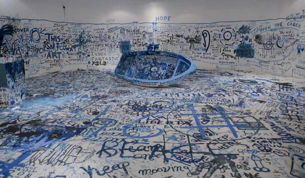 「カタストロフと美術のちから展」展覧会YOKO ONOアート作品《色を加えるペインティング(難民船)》画像