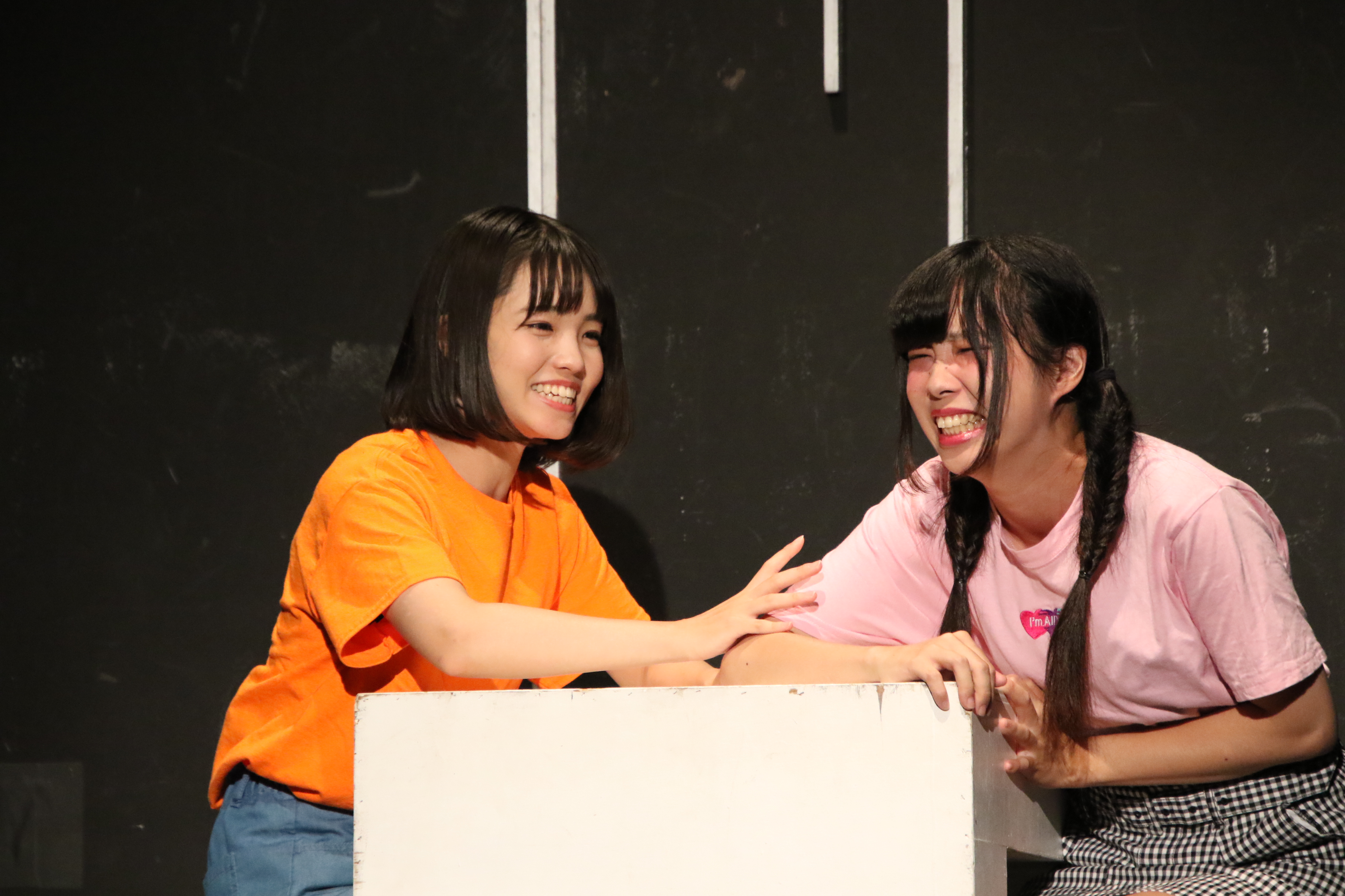 舞台「ダンスレボリュ―ション~ホントのワタシ~」で山川いろは役を演じる高橋彩音(左)