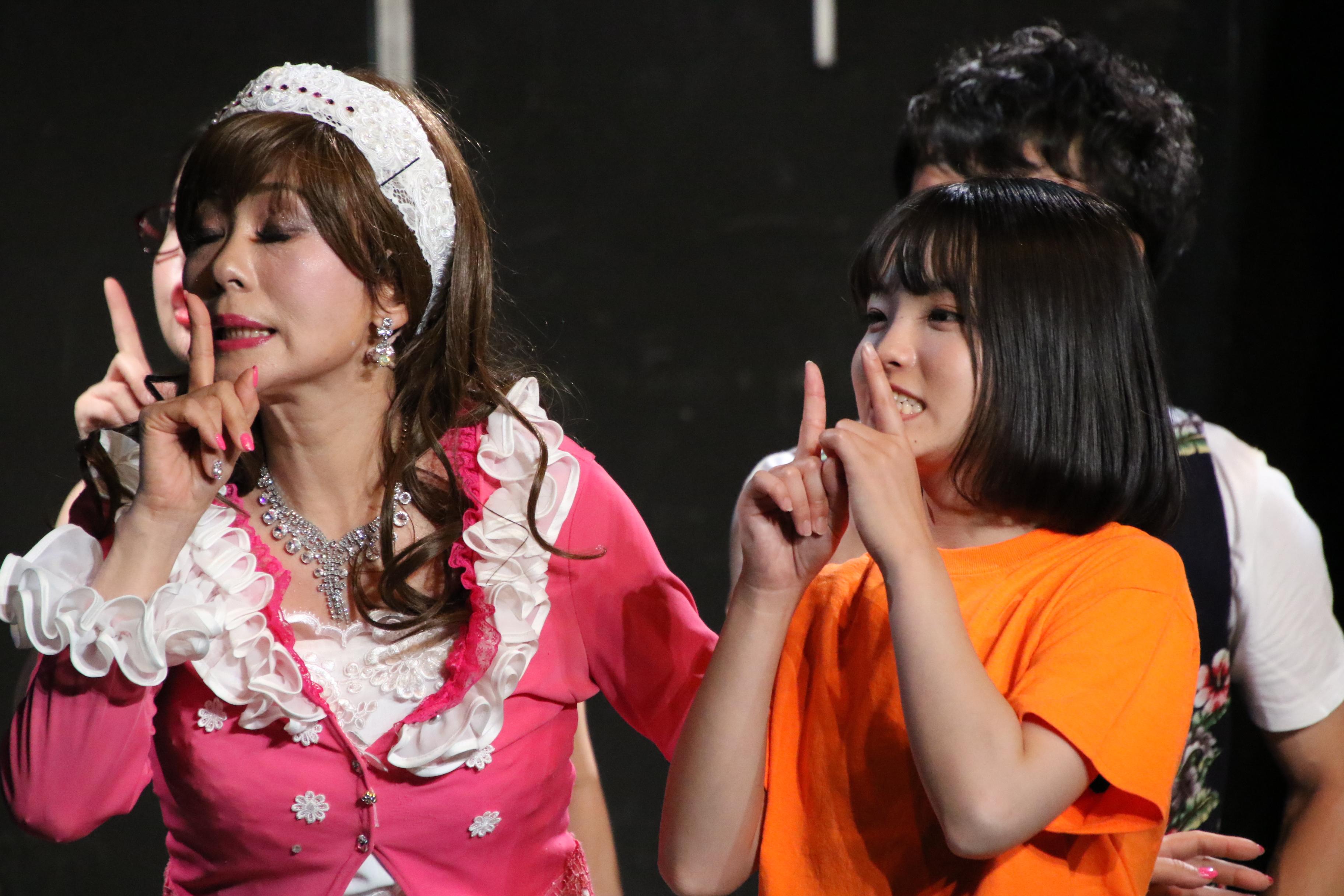 舞台「ダンスレボリュ―ション~ホントのワタシ~」で山川いろは役を演じる高橋彩音(右)