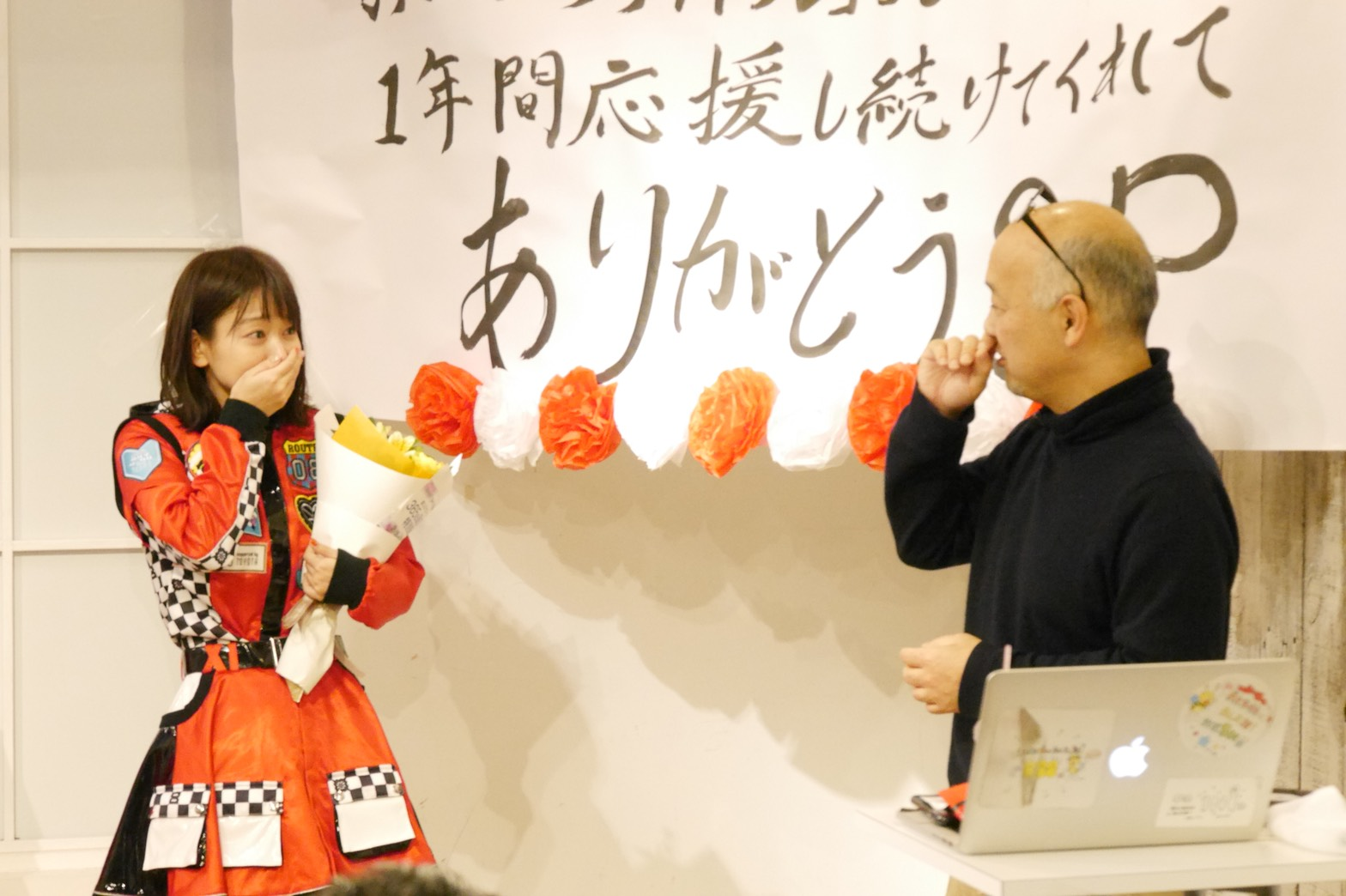 2018年2月8日に行われた「SHOWROOMまいにちアイドル365日達成記念特別配信」。特別配信の最後に青木氏がサプライズで登場し写真集が発表され、驚く太田奈緒