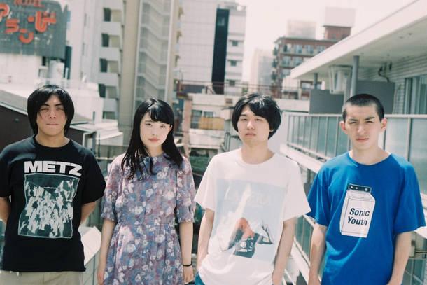 L→R スナガケンヤ(Dr)、アミ(Ba&Cho)、マツモトユウタ(Vo&Gu)、タナカユージ(Gu)