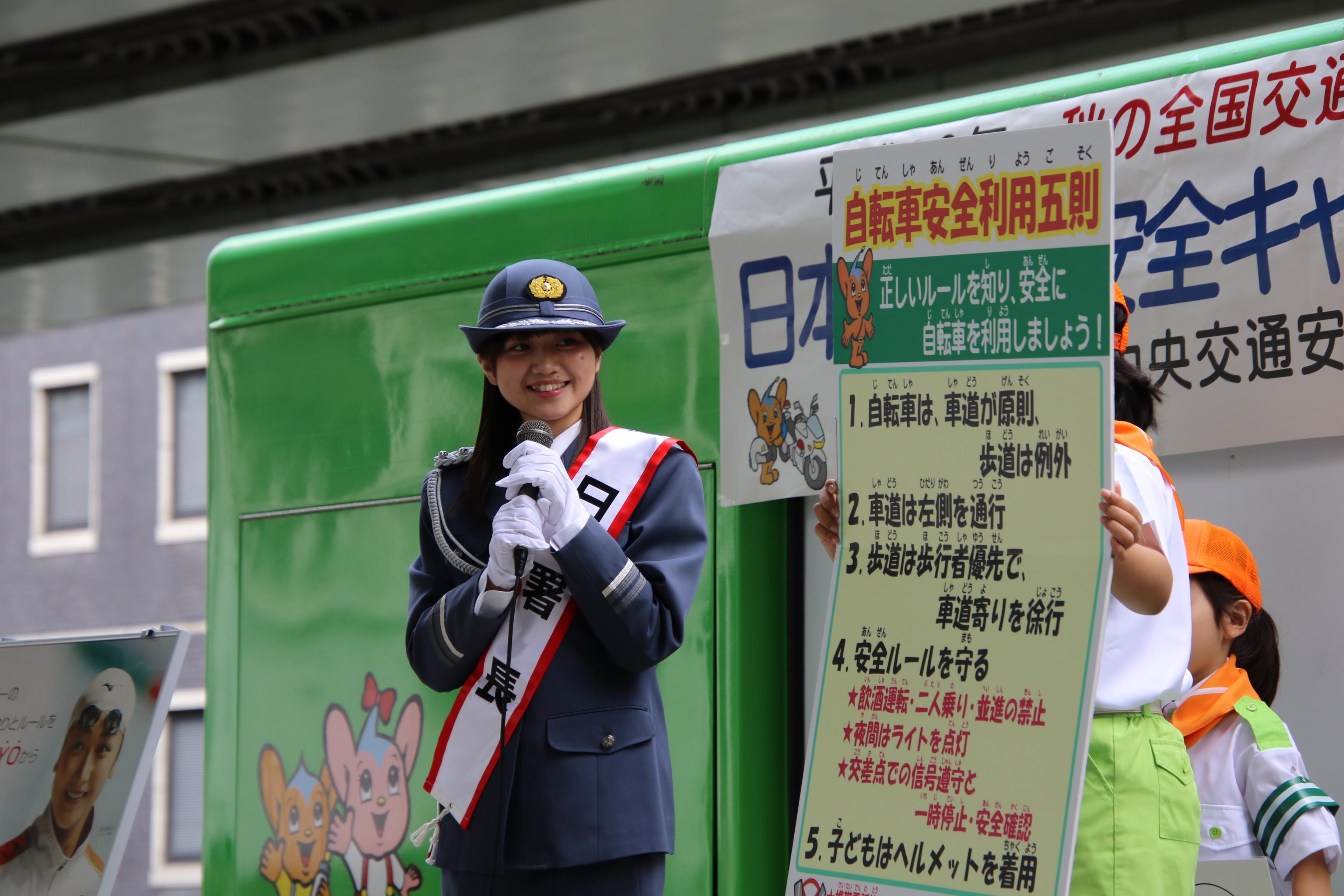 交通安全をアピールする稲垣香織一日警察署長