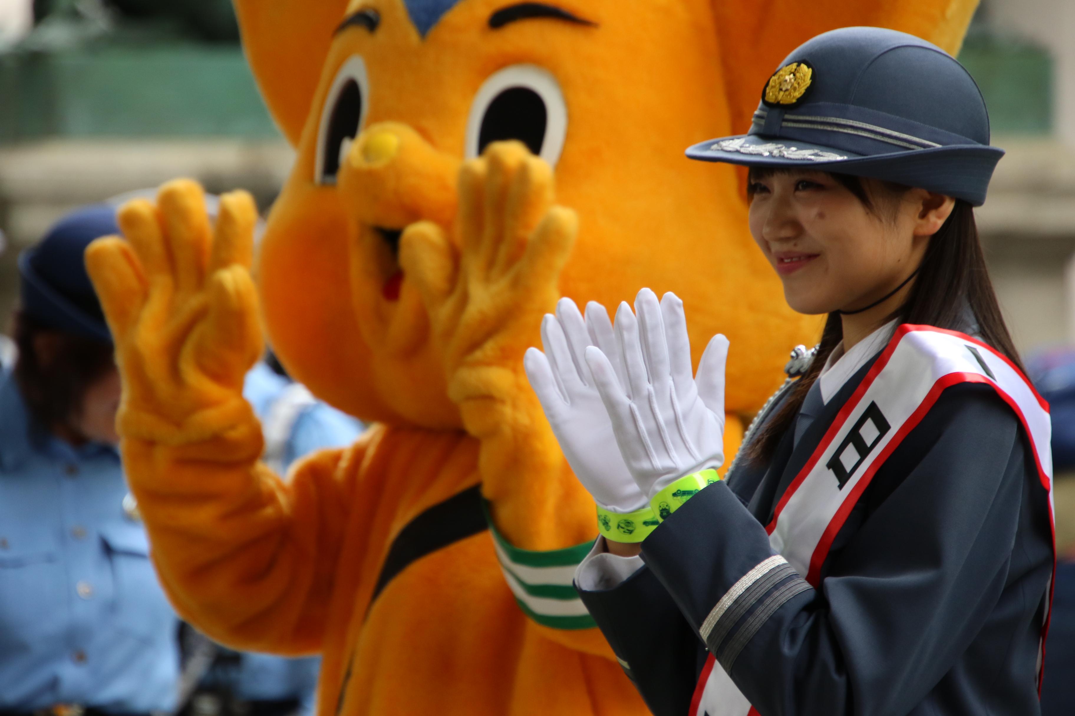 ピーポくんと交通安全をアピールする稲垣香織一日警察署長