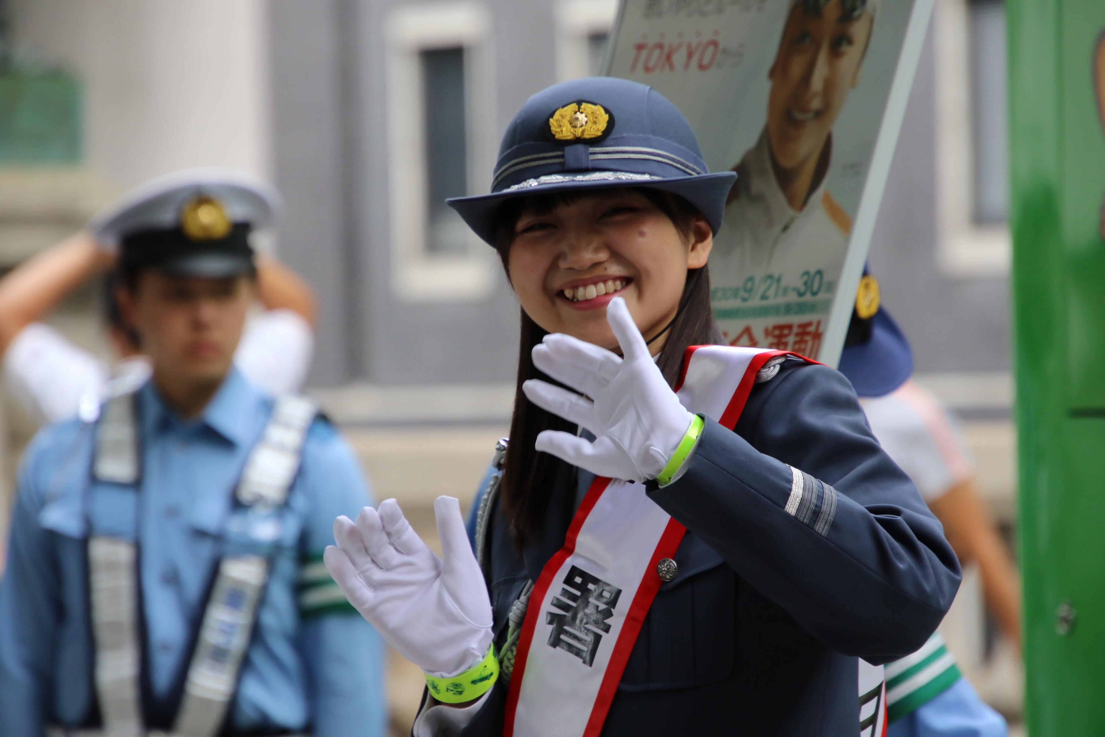 稲垣香織一日警察署長(手首に巻いているのが反射材)