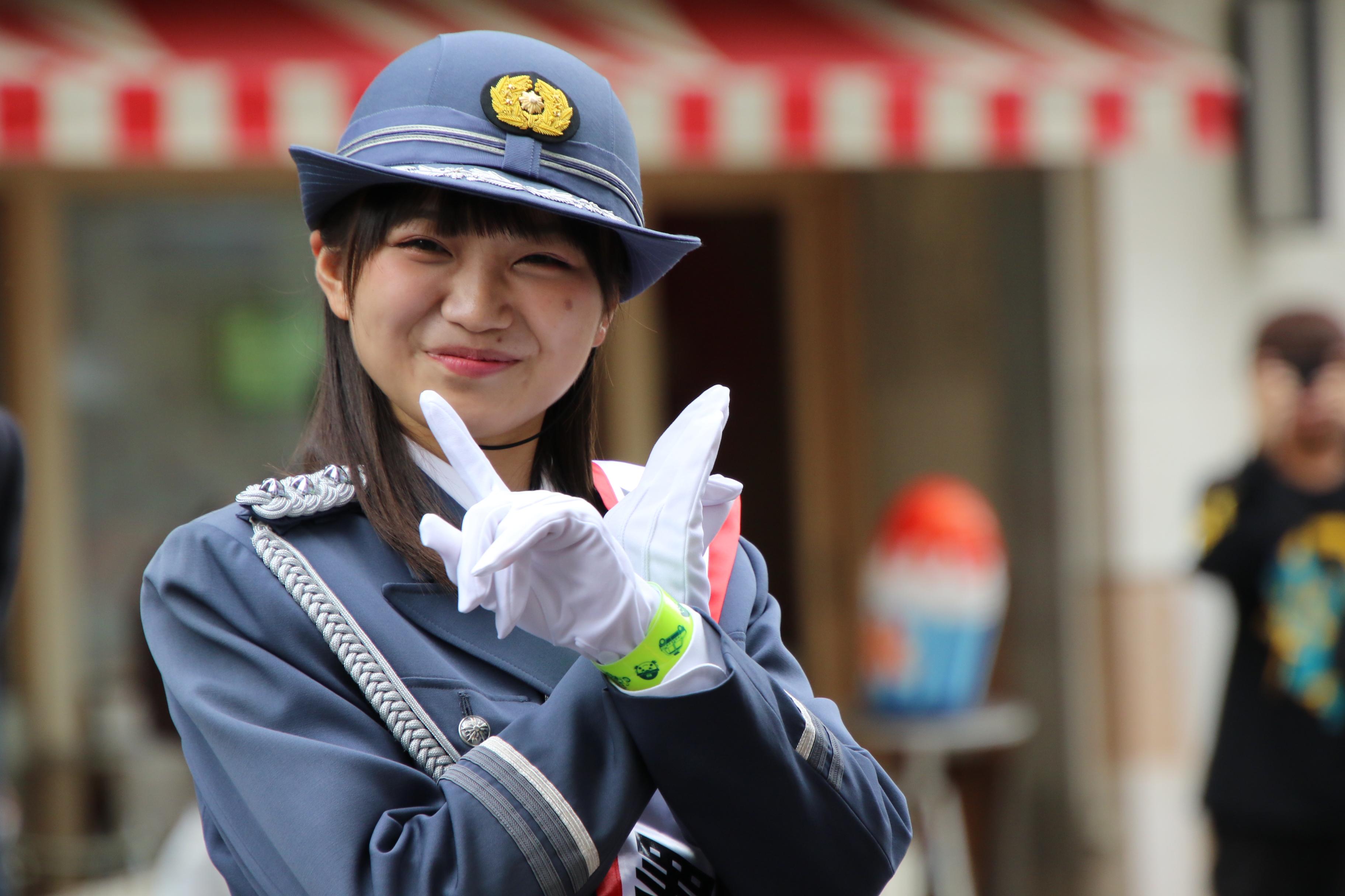 「16期ポーズ」を披露する稲垣香織一日警察署長