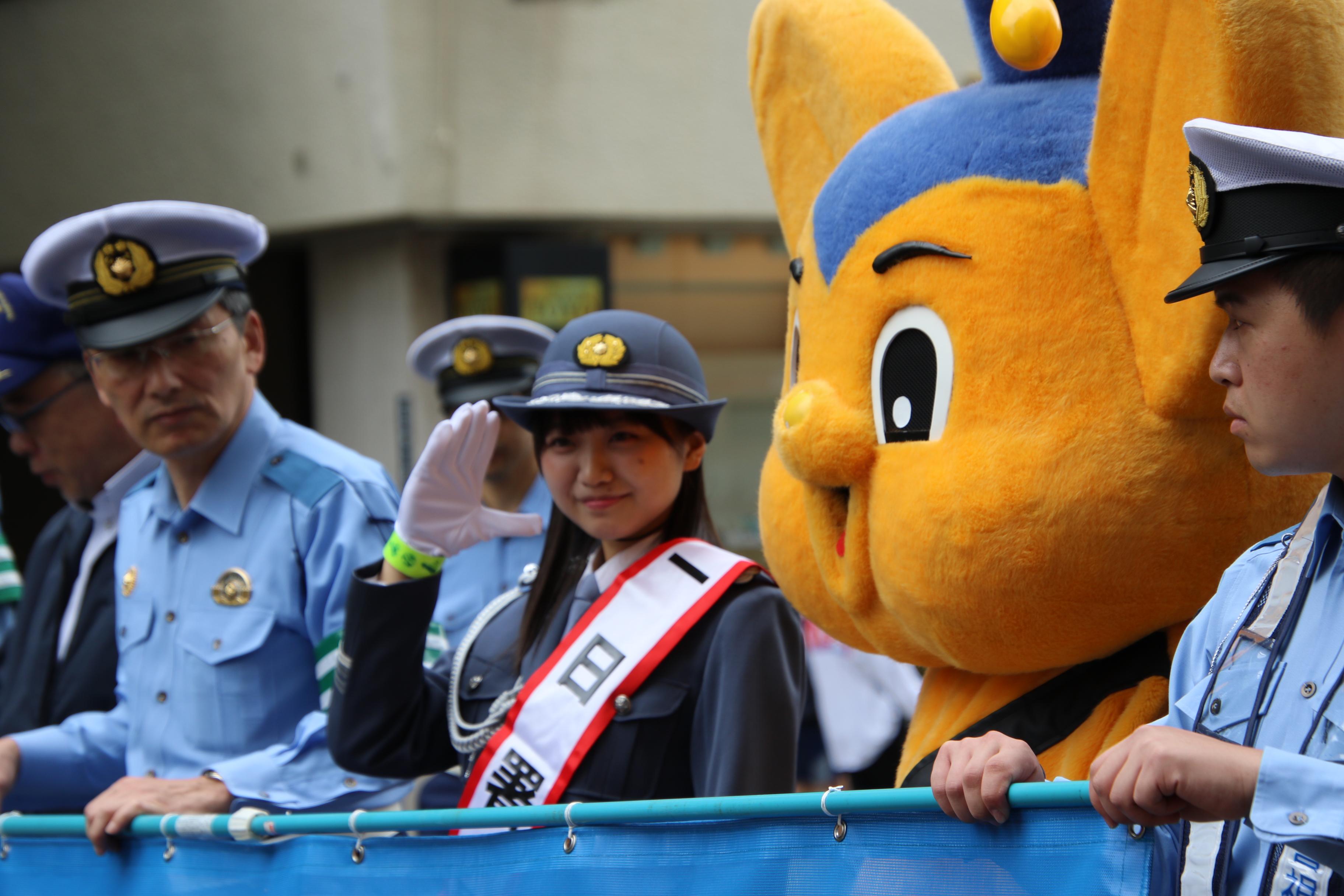 敬礼でファンに応える稲垣香織一日警察署長
