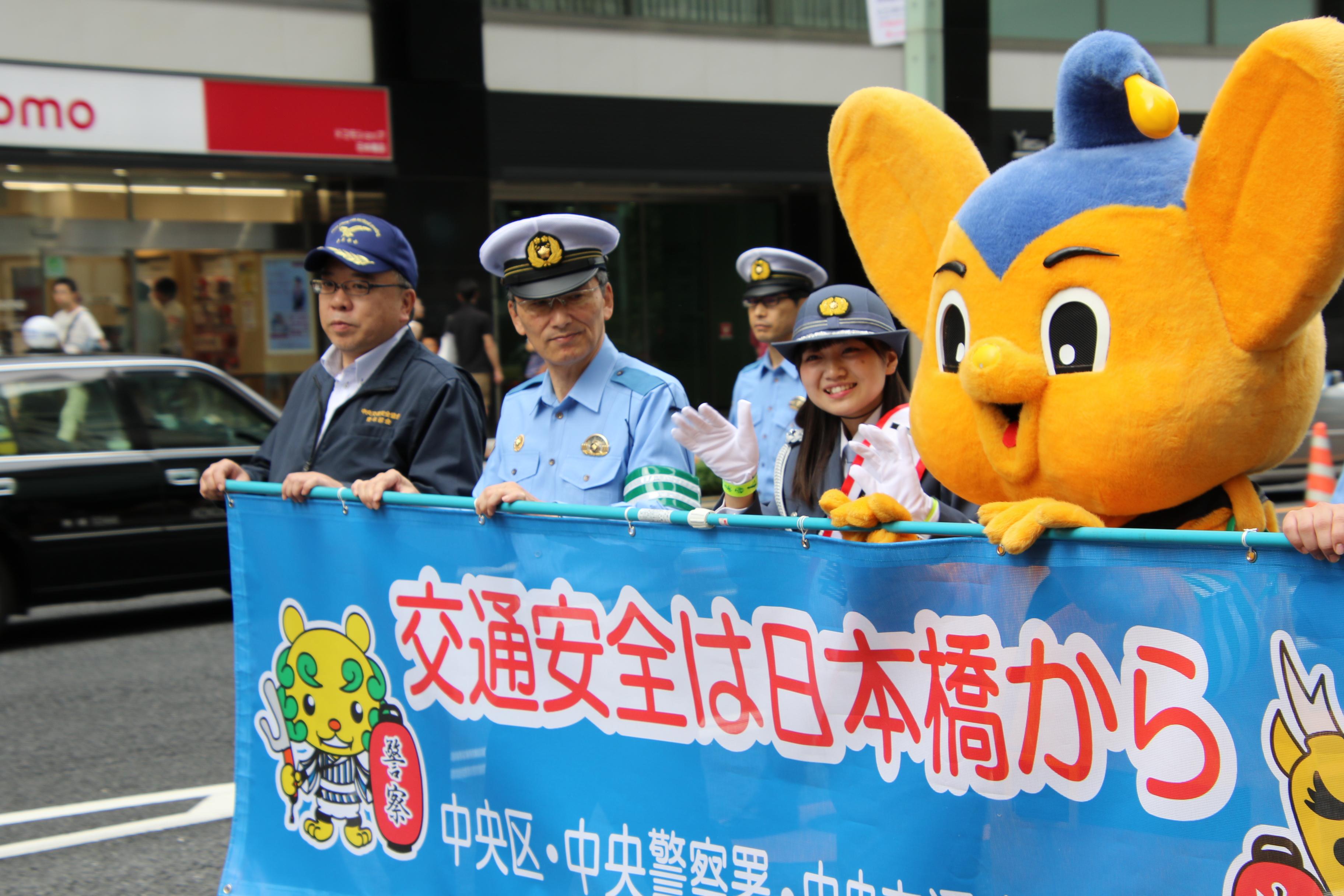 日本橋をパレードする稲垣香織一日警察署長