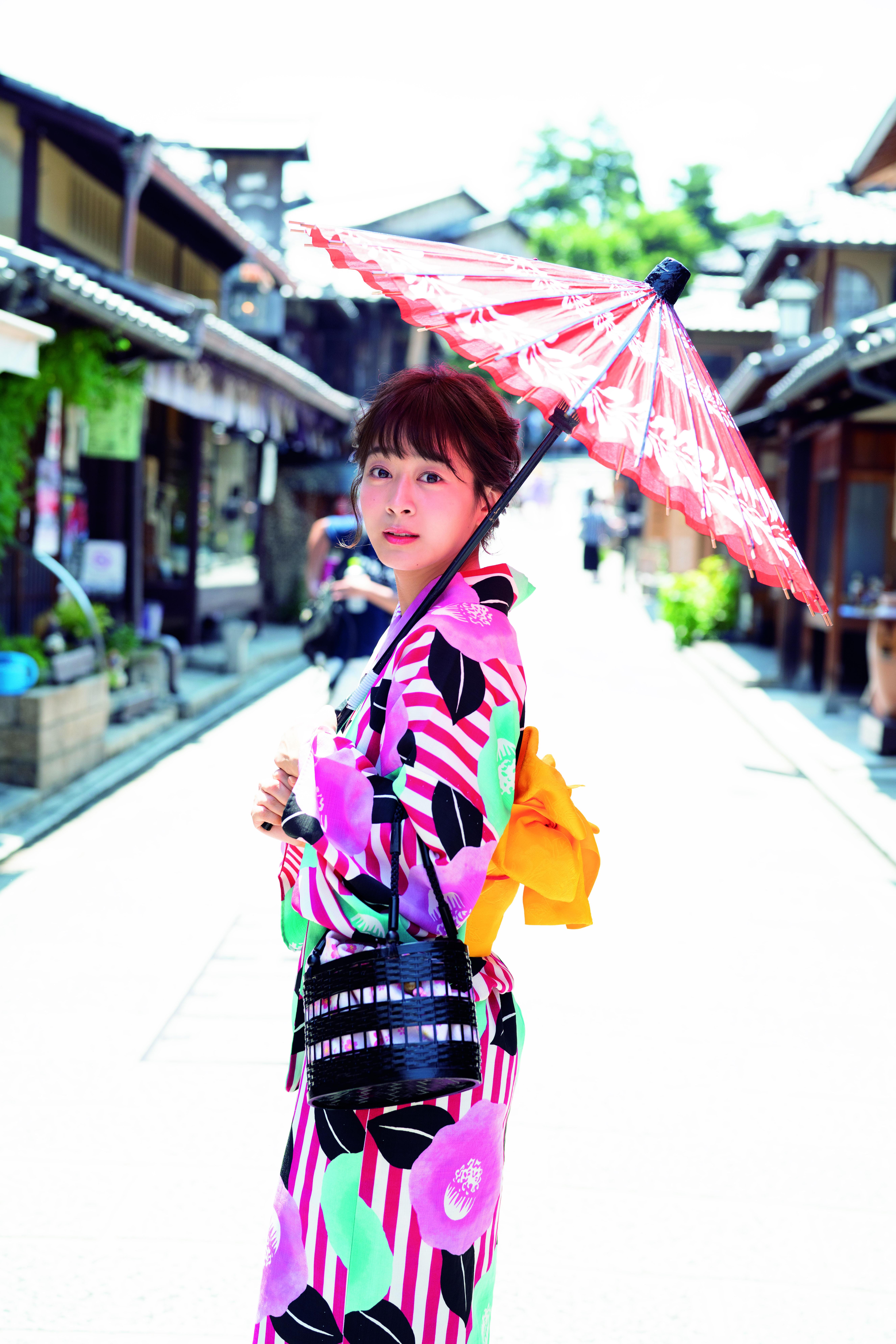 地元・京都でも艶やかな浴衣姿で撮影した太田奈緒(光文社提供)
