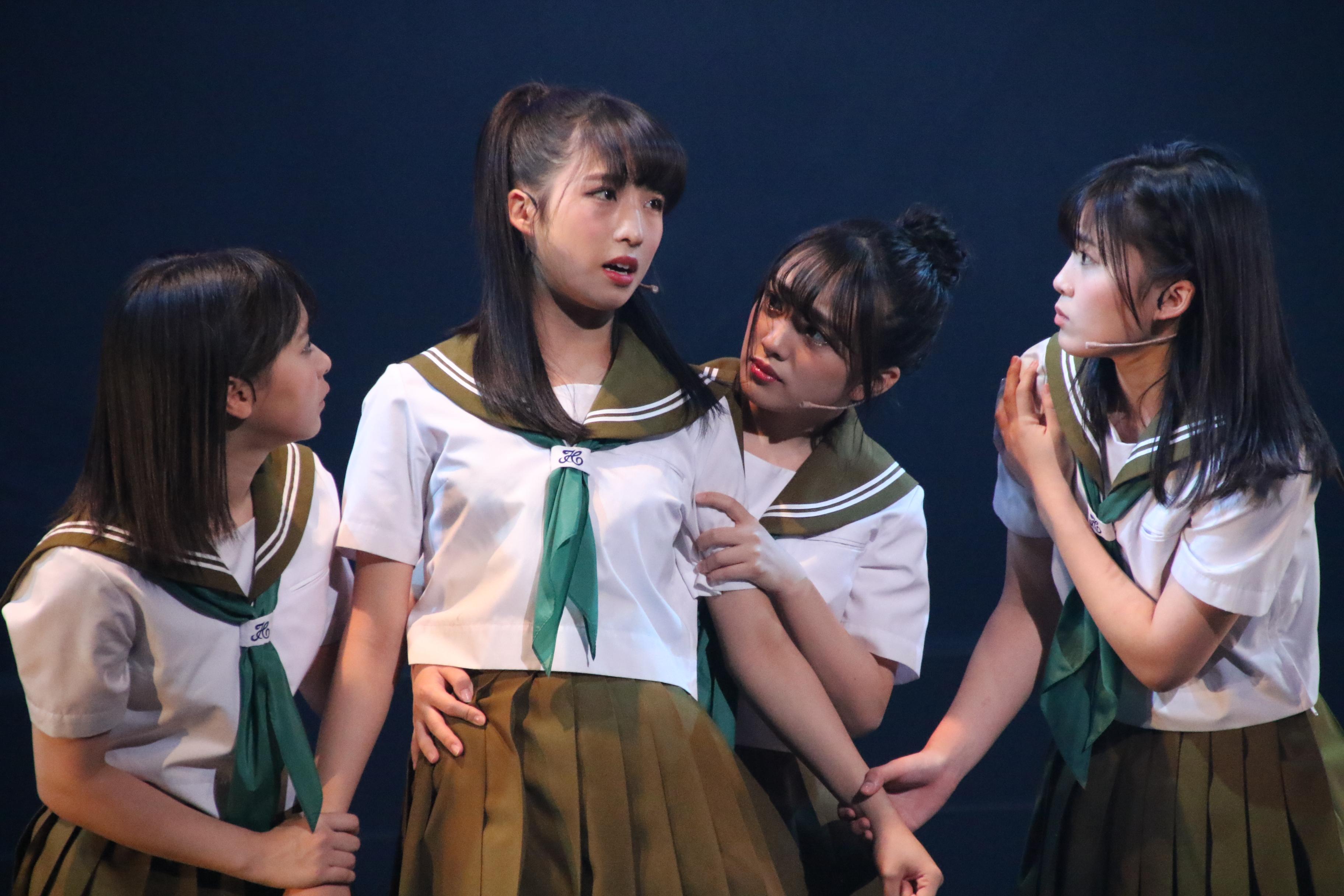 舞台「マジムリ学園」での小栗有以(左から2番目)