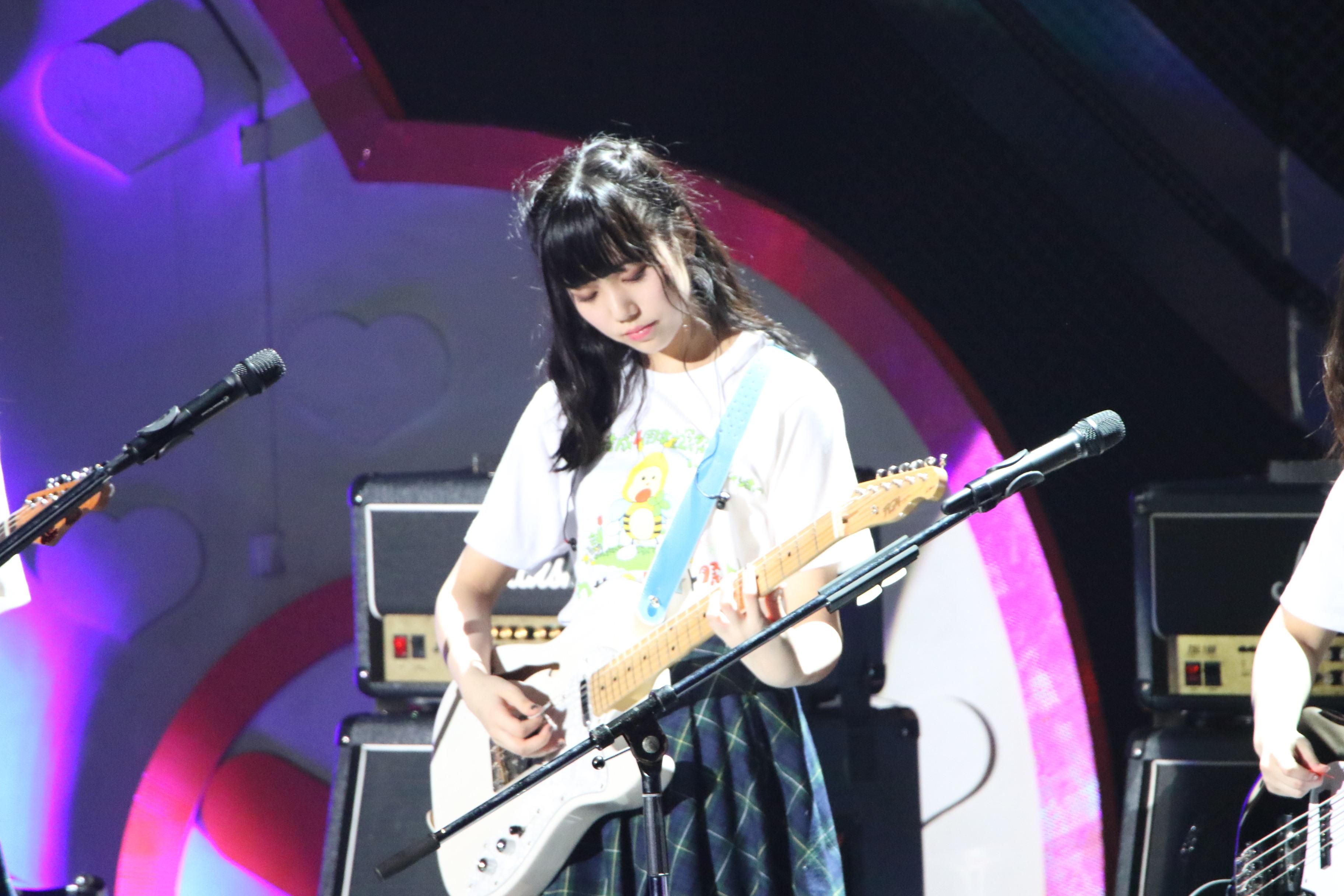 「チーム8結成4周年記念祭 in 日本ガイシホール」で「エイトルズ」でギターを披露する長久玲奈(2018年4月)
