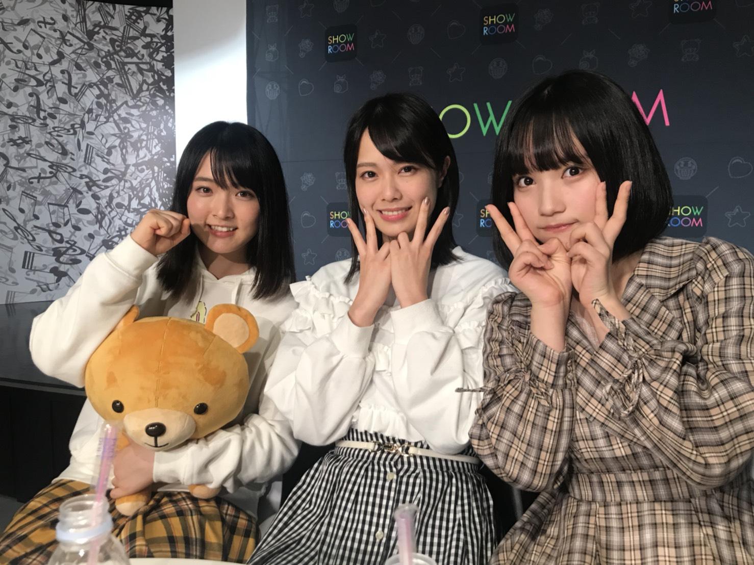 2018年11月5日午後9時からのSHOWROOM生配信にてサプライズ発表された時に立ちあったメンバー。左から、大森美優、小田えりな、矢作萌夏