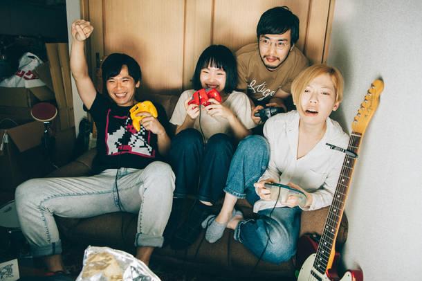 L→R カズマ・タケイ(Dr)、もっさ(Vo&Gu)、朝日(Gu)、藤田(Ba)