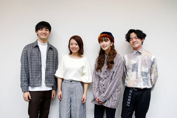 L→R 小林壱誓(Gu&Cho)、peppe(Key&Cho)、長屋晴子(Vo&Gu)、穴見真吾(Ba&Cho)