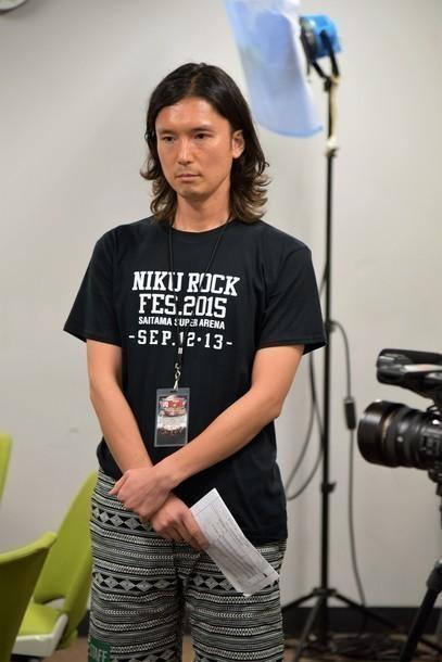緊張気味にインタビューに挑んだ蟹江一平氏