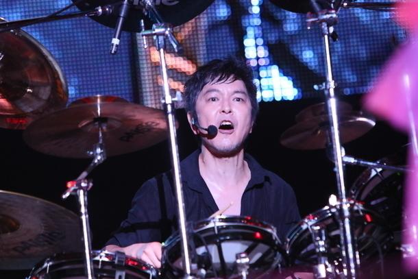 ドラムの藤田勉 (C)肉ロックフェス2015