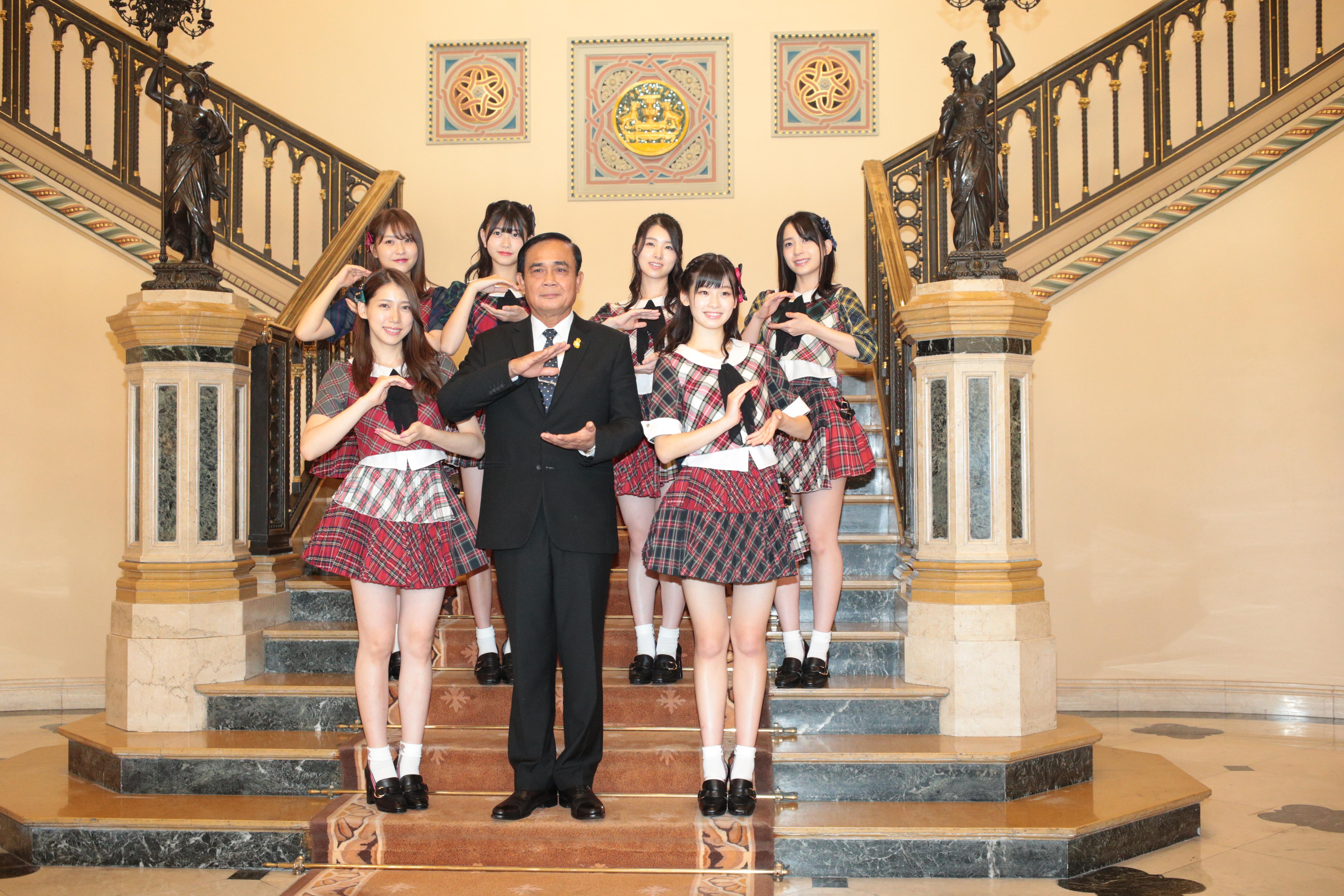 プラユット首相表敬訪問するAKB48メンバー (C) AKS