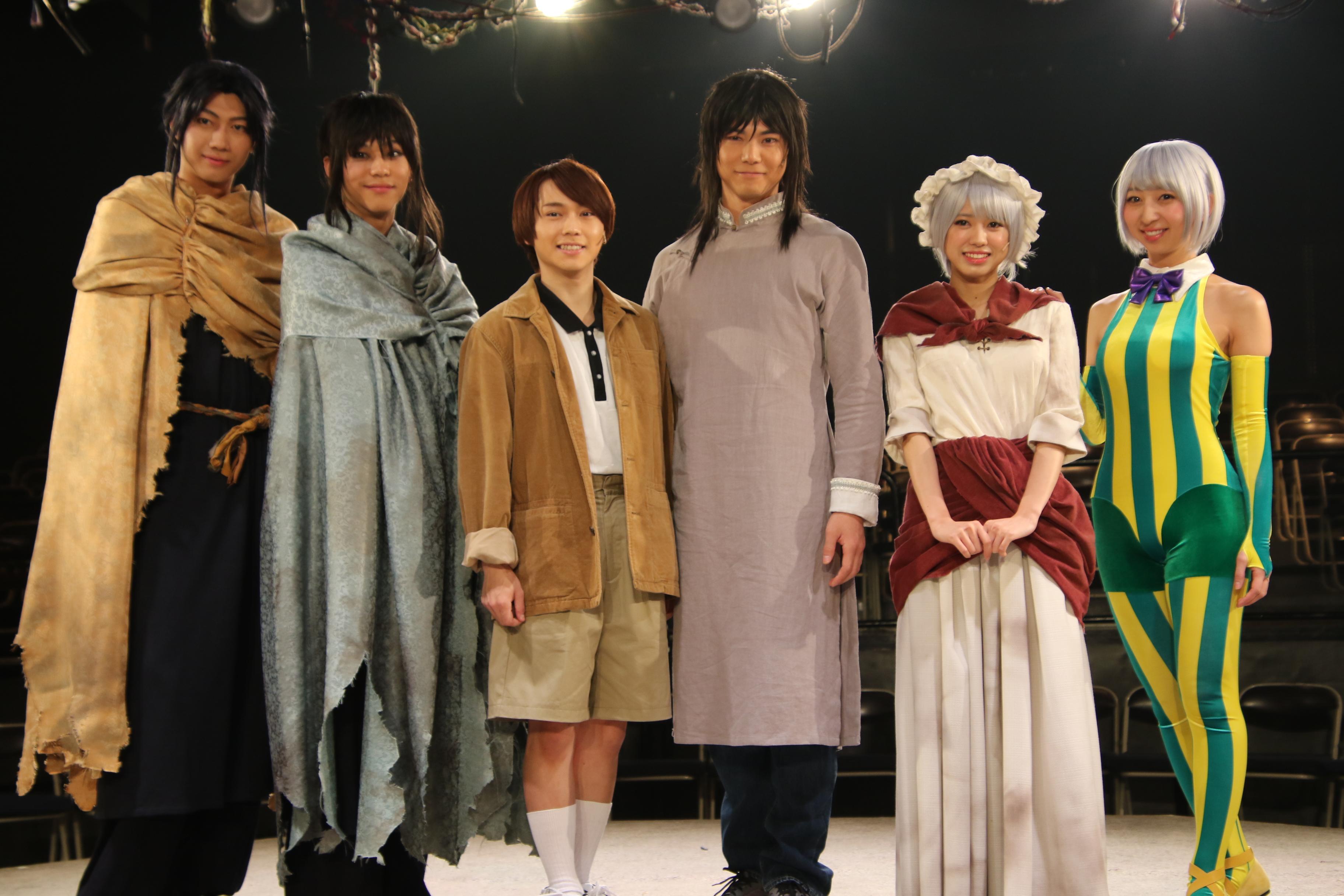 舞台劇「からくりサーカス」(囲み取材)での大西桃香(右から2番目)