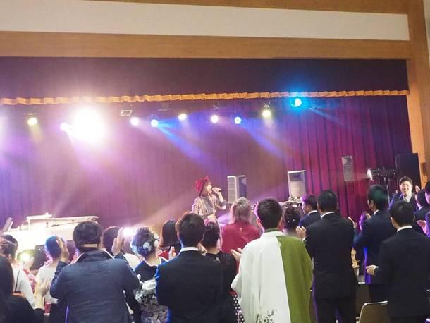 岡本真夜が1月13日、福島県飯舘村の成人式にサプライズゲストとして参加