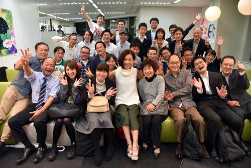 森恵さんのイベントに参加したファンのみなさんと記念撮影