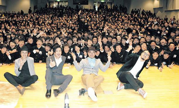 星稜高等学校の卒業式にかりゆし58がサプライズで登場