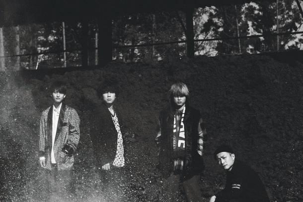 L→R 小川真司 (Gu&Cho)、森 良太(Vo&Gu)、白山治輝(Ba&Cho)、田中駿汰(Dr&Cho)