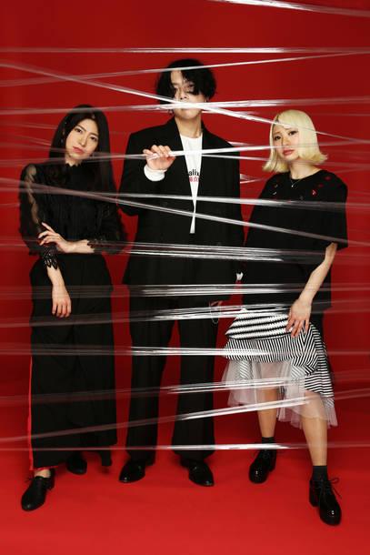 L→R 高原未奈(Ba&Cho)、松本明人(Vo&Gu)、MIZUKI(Dr&Cho)
