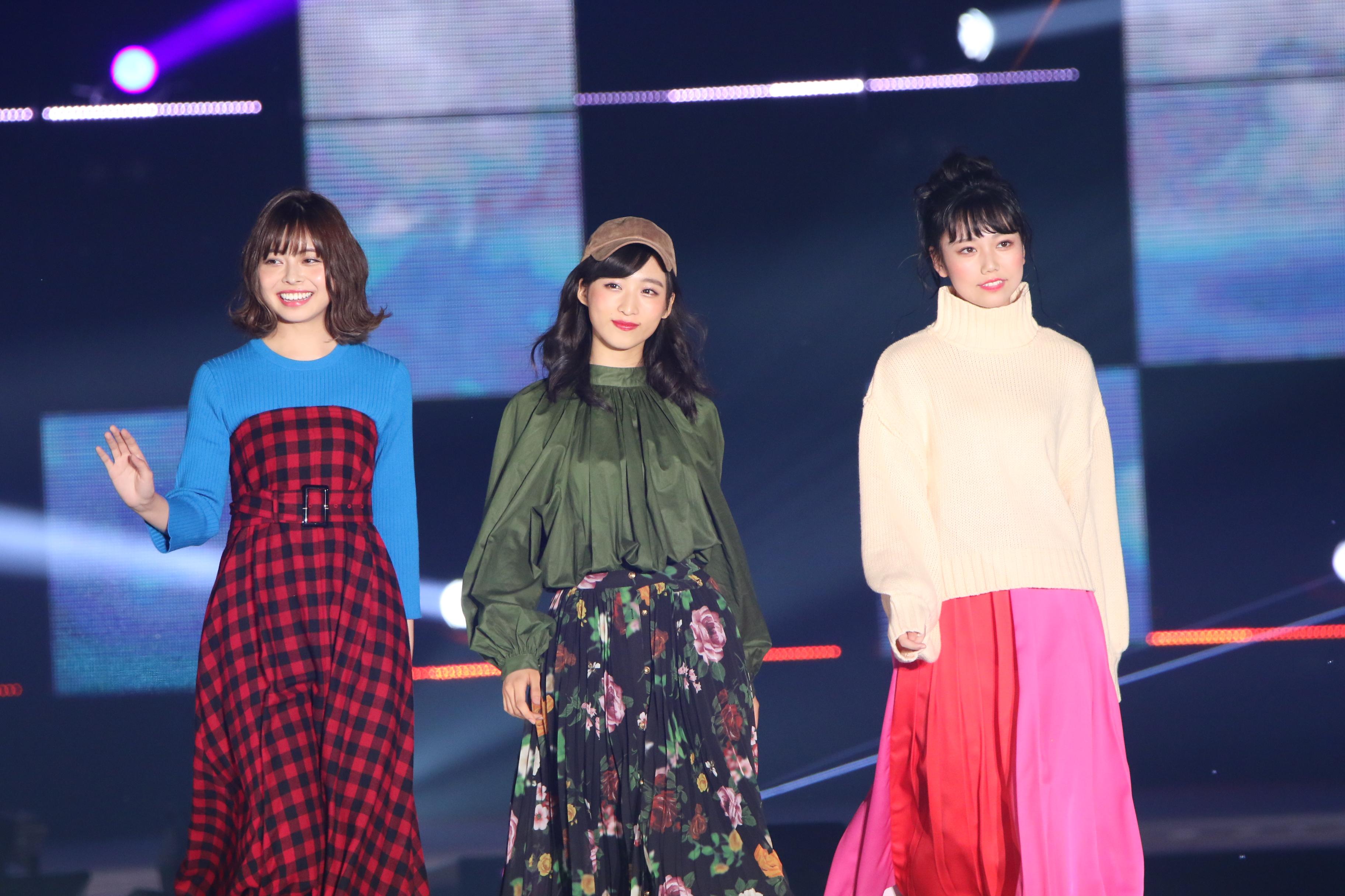 「GirlsAward 2018」でのAKB48チーム8の人見古都音、小栗有以、長久玲奈