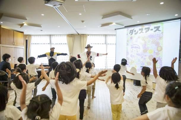 EXILE ÜSAが保育園へ絵本『ダンスアース』を寄贈