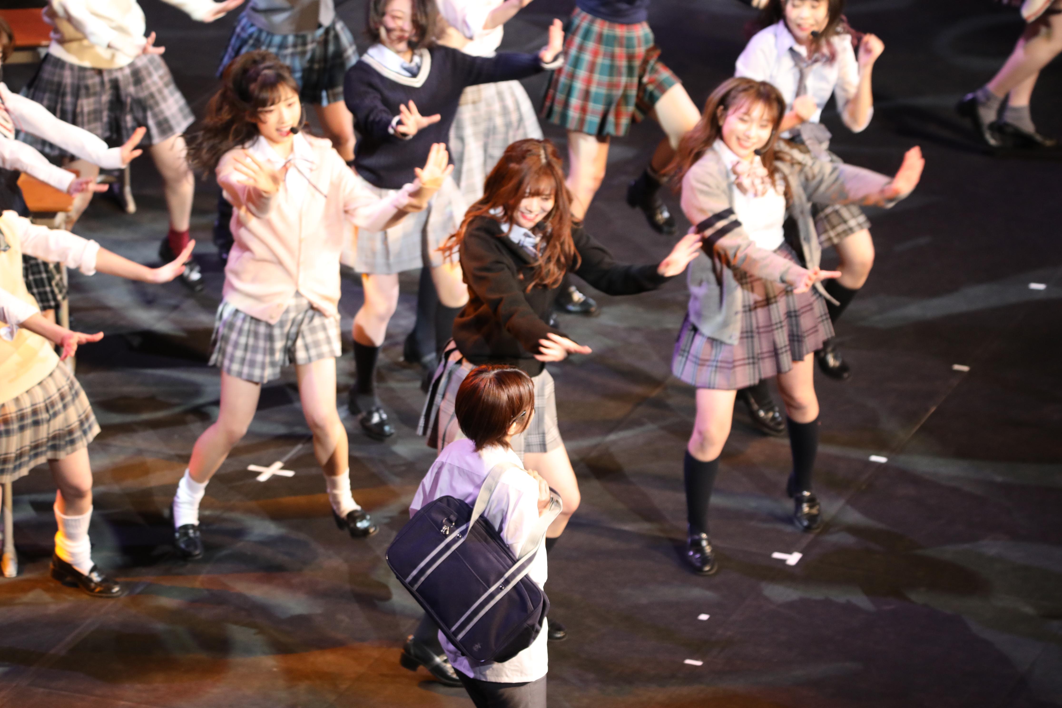 ミュージカル「20年桜」で男子高校生役を演じる大西桃香とエイトメンバー