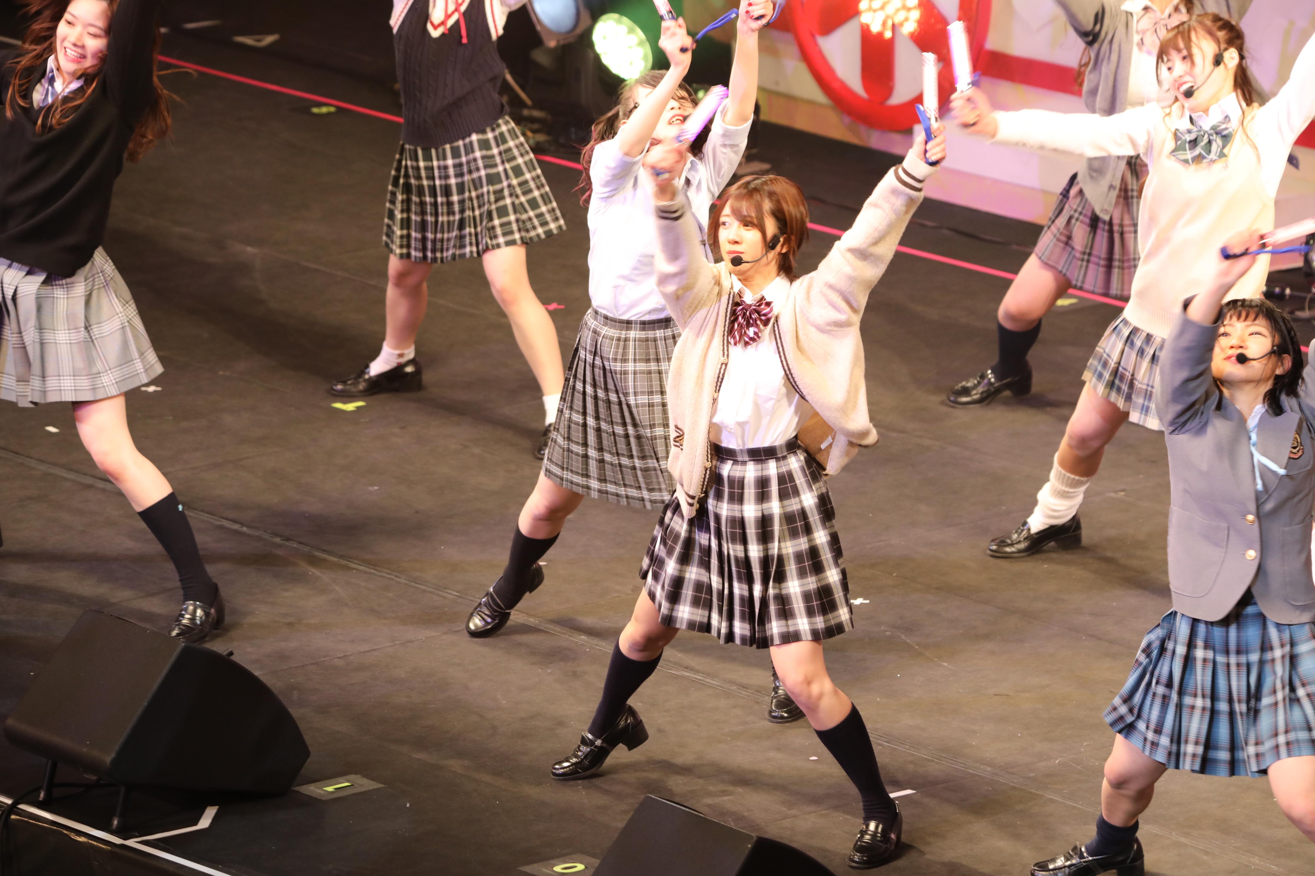 ミュージカル「20年桜」でキレキレのオタ芸を披露する大西桃香とエイトメンバー