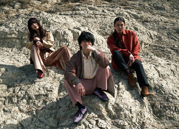 L→R 大澤実音穂(Dr)、福永浩平(Vo)、山崎康介(Gu&Syn)