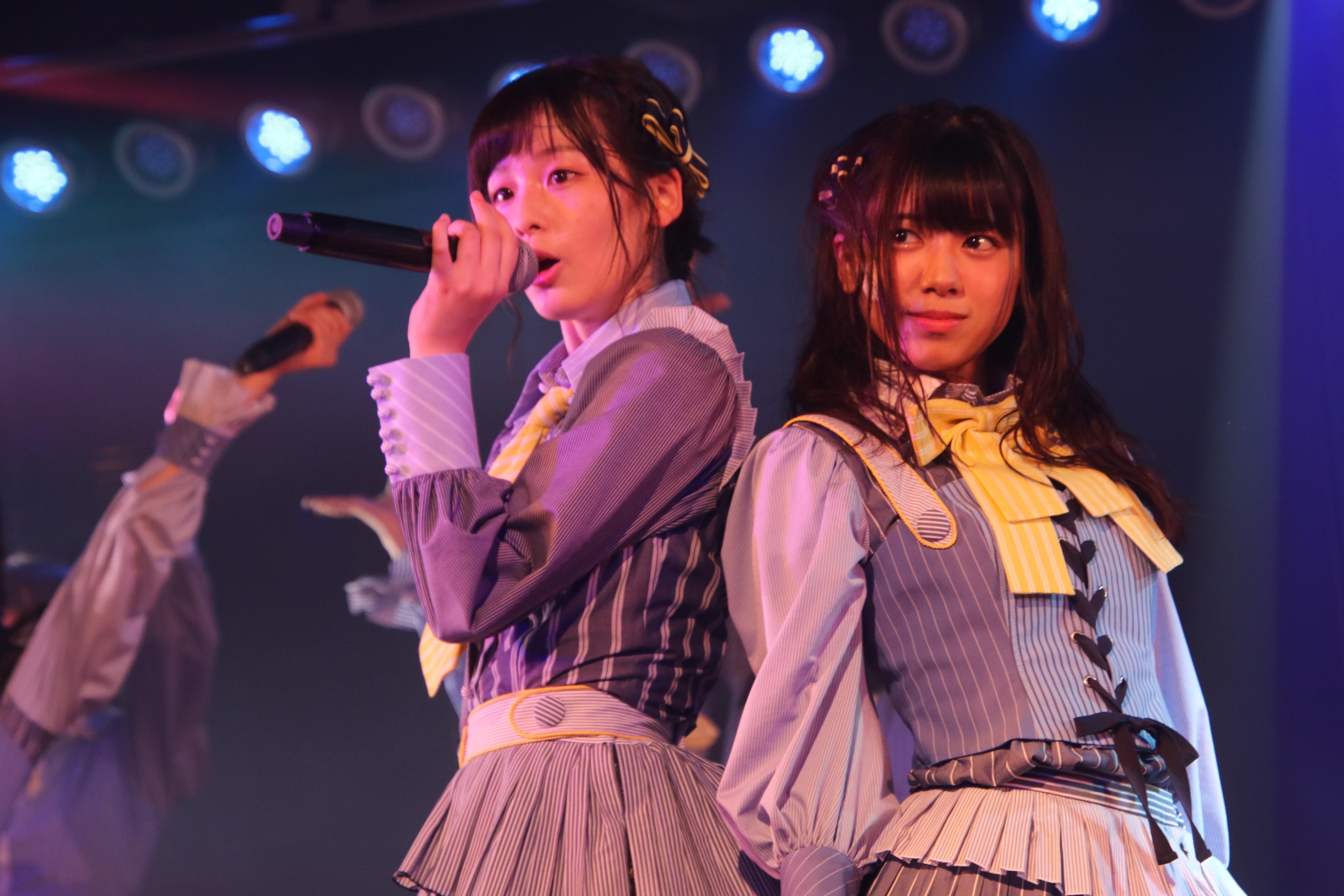 村山チーム4公演初日ゲネプロでの大西桃香(右)と16期の浅井七海