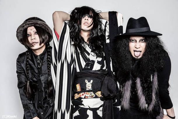 L→R ショーン・ホラーショー(Ba)、ナオ(Dr&Vo)、ジョニー・ダイアモンド(Gu&Vo)