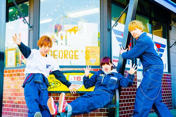 L→R YUKI HORIKAWA(Dr&Cho)、SAWA YORIKI(Vo&Ba)、HIROYA HIRAI(Gu&Vo)