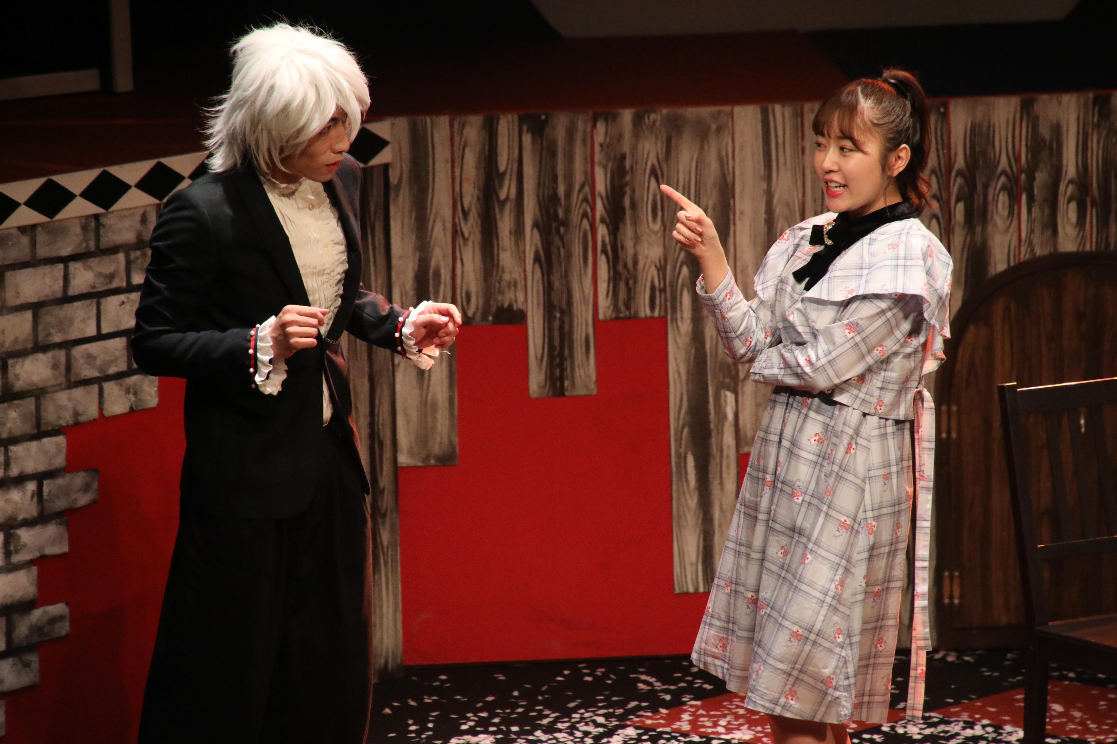 主人公・西園寺アリス役の多田愛佳(右)
